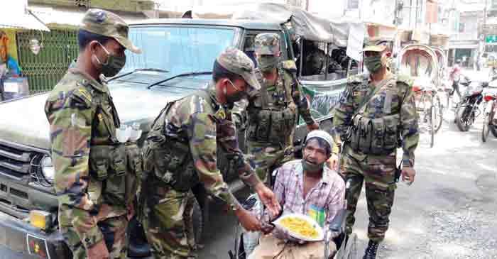 বান্দরবানে অসহায়,গরীব ও নিম্মআয়ের পথচারীদের খাবার বিতরণকরছে সেনাবাহিনী
