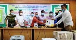বান্দরবান স্বাস্থ্য বিভাগকে অক্সিজেন কনসেনট্রেটর প্রদান করলো বান্দরবান পরিবার