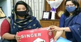 বান্দরবানেঅসহায় নারীকে সেলাই মেশিন দিলেন জেলা প্রশাসক